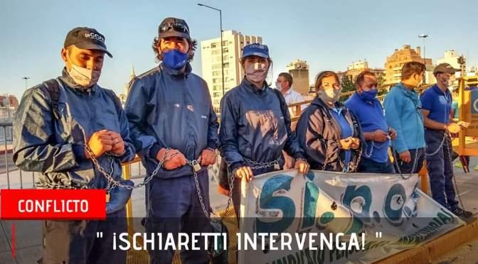 Trabajadores de la COOPI se encadenan frente a la legislatura provincial